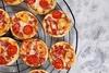 Συνταγή για μίνι πιτσάκια με πολύχρωμες πιπεριές
