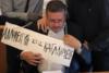 Αναρχικοί πέρασαν ταμπέλα στο λαιμό του πρύτανη της ΑΣΟΕΕ