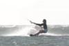 Γυναίκα απογειώνεται και πέφτει από ψηλά στο νερό (video)