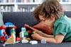 Πώς θα ενθαρρύνετε το παιδί να παίζει μόνο του στην καραντίνα