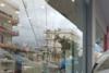 Πάτρα: Φορτηγάκι έπεσε πάνω σε τζαμαρία βιβλιοπωλείου