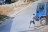 Η στιγμή που φορτηγό με φιάλες υγραερίου αρχίζει να κυλάει χωρίς οδηγό (video)