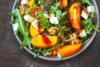 Ετοιμάστε πράσινη σαλάτα με ψητό ροδάκινο