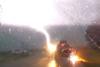 Η τρομακτική στιγμή που κεραυνός χτυπάει το τζιπ μιας οικογένειας (video)
