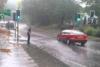 Άνδρας ζητάει από τα διερχόμενα αυτοκίνητα να τον καταβρέξουν (video)
