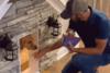 Άνδρας διέλυσε μια μικρή αποθήκη για να φτιάξει πολυτελές σπιτάκι για το σκύλο του (video)