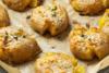 """Συνταγή για """"σπασμένες"""" πατάτες φούρνου με μουστάρδα και βότανα"""