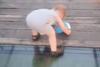 Πιτσιρίκι επιχειρεί να διασχίσει γυάλινη γέφυρα με το δικό του τρόπο (video)
