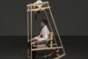Φοιτητές έφτιαξαν κουνιστή καρέκλα που σου πλέκει σκούφο (video)