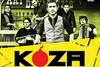 Ο τραγουδιστής των Koza Mostra ανεβαίνει τα σκαλιά της εκκλησίας