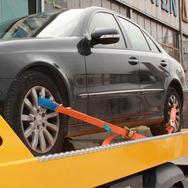 'Έκλεψε' το αυτοκίνητό του... από τον γερανό που προσπαθούσε να το απομακρύνει (pics+video)