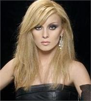 Αγνώριστη η Πέγκυ Ζήνα μελαχρινή με κοντό καρέ μαλλί (pics)