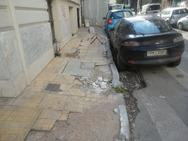 Πεζοδρόμια και δρόμοι 'παγίδες' στην Πάτρα - Μάνα έπεσε σε 'τρύπα' έχοντας αγκαλιά το κοριτσάκι της!