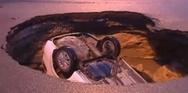 Τρύπα σε δρόμο 'καταπίνει' ολόκληρο αυτοκίνητο (video)