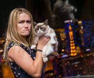 Η σερβιτόρα που έγινε εκατομμυριούχος εξαιτίας της κατσούφας γάτας της (pics)