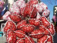 Πάτρα: Του Αγίου Βαλεντίνου και η αγορά ντύθηκε στο χρώμα του έρωτα - Από καρδούλες μέχρι και… εσώρουχα (pics)