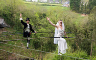 Ένας γάμος σε... τεντωμένο σχοινί! (pics)
