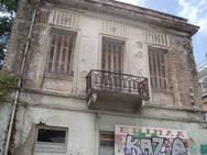 Πάτρα: Ένα νεοκλασικό κτίριο που έχει παραδοθεί για τα καλά στη φθορά του χρόνου (pics)