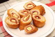 Φτιάξτε εύκολα και τραγανά ρολά με ψωμί του τόστ, ζαμπόν και τυρί