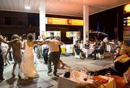 Ο γάμος αλά ελληνικά Πατρινών σε βενζινάδικο του Ρίου γίνεται τέχνη! (pics)