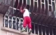 Αγοράκι αιωρείται στο κενό από το σφηνωμένο κεφάλι του! (video)
