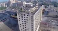Drone καταγράφει την κατεδάφιση ενός κτιρίου (video)