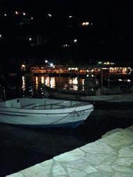 Το γραφικό λιμανάκι λίγο έξω από την Πάτρα που τις νύχτες «χορεύουν» οι Νηρηίδες (pics)