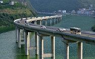 """Ένας """"οικολογικός"""" αυτοκινητόδρομος πάνω στο νερό! (pics+video)"""