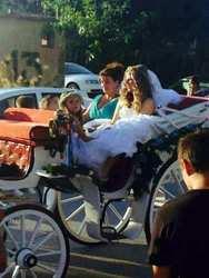 Σαν παραμύθι... H άμαξα που έφτασε σε εκκλησία για γάμο και βάπτιση!