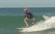 Η επαγγελματίας σέρφερ που βάζει ψηλοτάκουνα και δαμάζει τα κύματα! (pics)