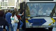 Πάτρα: Στήνουν 'μπλόκα' και κάνουν επιθέσεις σε λεωφορεία του αστικού ΚΤΕΛ