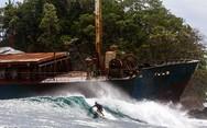 Σερφάροντας δίπλα από ένα ναυάγιο (pics)