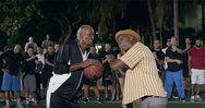 Αστέρες του NBA μεταμφιέστηκαν σε παππούδες και τρέλαναν τους θεατές (video)