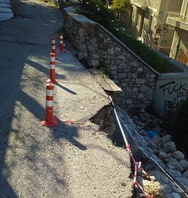 «Ρήγμα» στην Πάτρα με ένα δρομάκι έτοιμο να… φύγει - Δείτε φωτογραφία