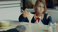 Πώς βλέπουν τα παιδιά τους αλκοολικούς γονείς τους; (video)