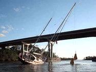 H στιγμή που ένα ιστιοφόρο ύψους 25 μέτρων περνάει κάτω από μια χαμηλή γέφυρα (video)