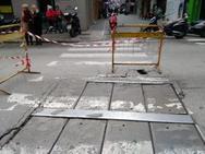Πάτρα: Σοβαρή ζημιά έπαθε το οδόστρωμα της Μαιζώνος, μπροστά από το Δημαρχείο (pic)