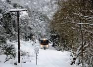 Η στιγμή που ο Οδοντωτός φτάνει στα χιονισμένα Καλάβρυτα... (pics)