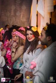 Στο WC, με συγχωρείτε στην Γιάφκα ήθελα να πω, για… Bathroom party!