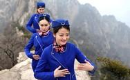 Αεροσυνοδοί φορούν τις στολές τους και επιδίδονται σε πολεμικές τέχνες πάνω στο βουνό! (pics)