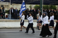 Η μαθήτρια με τη μαντήλα που έκλεψε τα βλέμματα στο Σύνταγμα (video)