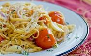 Μαγειρέψτε μακαρονάδα με ντοματίνια και σκόρδο