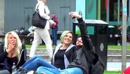 Έτσι κάνει καμάκι ένας Έλληνας στην Αγγλία (video)