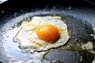 Λευκό ξύδι για να τηγανίσετε τα πιο εντυπωσιακά αυγά!