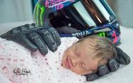 Μωράκι κοιμάται αναπαυτικά στα γάντια του νεκρού μοτοσικλετιστή πατέρα του (pics)