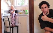 Δείτε πως θα κάνετε το μωρό σας να καθαρίσει το σπίτι (video)