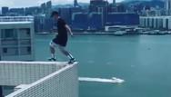 Αθλητής παρκούρ κάνει άλμα ανάμεσα σε ψηλά κτίρια (video)