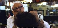 Ο κουρέας που παίζει με τη φωτιά εδώ και 73 χρόνια (video)