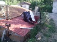 Συνέβη στη Λάρισα: Αυτοκίνητο καρφώθηκε στη στέγη σπιτιού (pic)