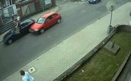 Πήγε με άγριες διαθέσεις να ζητήσει το λόγο και έμεινε με την πόρτα του αυτοκινήτου στο χέρι (video)